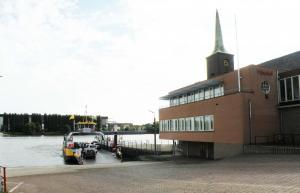 Veerpont  met kerktoren